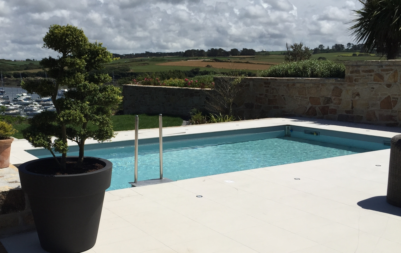 Constructeur piscines ext rieures brest for Piscine mur mobile